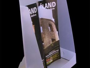 Screentryckt, stansat och bigat broschyrställ eller bordsställ för kartor, informationsblad etc. Med avdelare i mitten. Material: 1,2mm frostad PP.