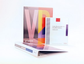 Svetsad plastpärm i PVC , med insvetsad trycksak. Format A4+. Ringmekanism (triomekanism) 30mm.