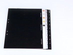 A4 pappersregister med specialbeställt pagineringstryck: värmepräglat och printat.